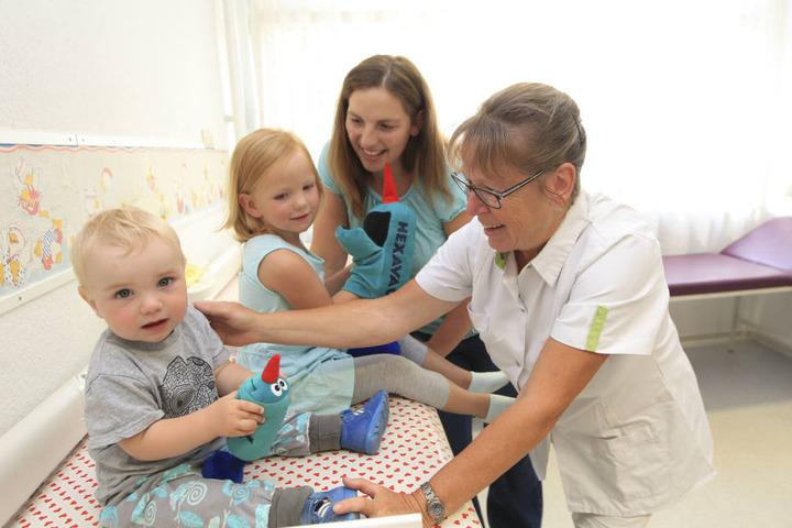 Schwester Gabi Neudel (60, r.) bei der Kindervorsorgeuntersuchung von Maximilian (1, l.) und Katharina Wehr (3). Mutter Stefanie bedauert die bevorstehende Schließung sehr.