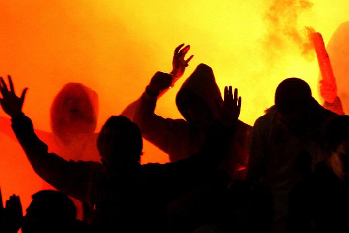 Etwa 40 Hooligans lieferten sich eine Prügelei. (Symbolbild)