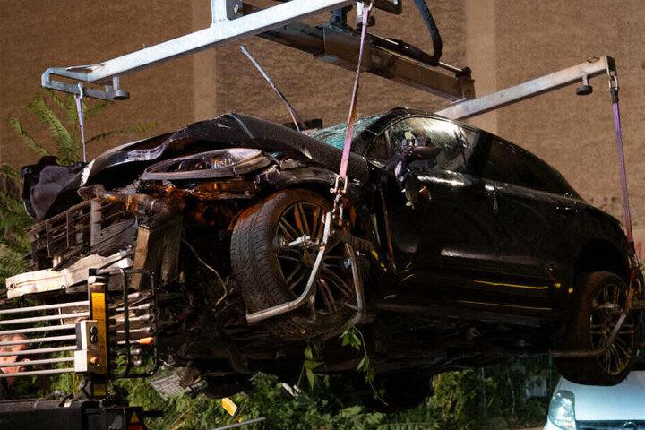 Der zerstörte SUV wird abgeschleppt.