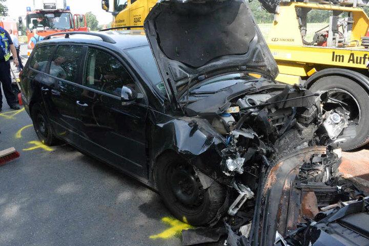Auch der VW Passat musste mit einem Totalschaden abgeschleppt werden.