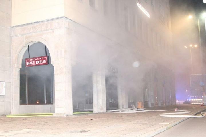 """Aus dem Restaurant """"Haus Berlin"""" entwickelte ein Feuer im Thekenbereich riesige Rauchschwaden."""
