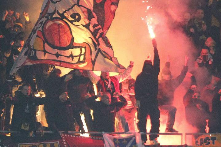 Am 31. Oktober 2012 brannte es im Dynamo-Fanblock in Hannover lichterloh. Jetzt flackert die Angst vor den Schwarz-Gelben bei den Niedersachsen wieder auf.