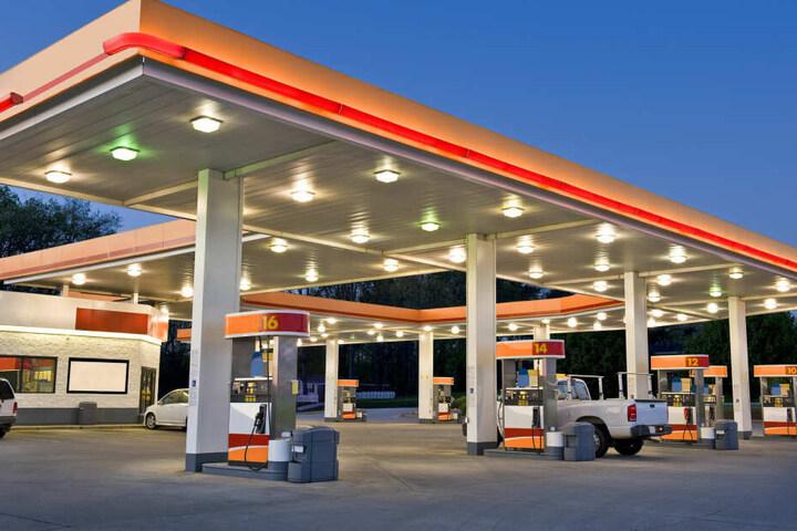 Die Beamten wollten den Wagen des Mannes auf dem Gelände einer Tankstelle kontrollieren (Symbolbild).