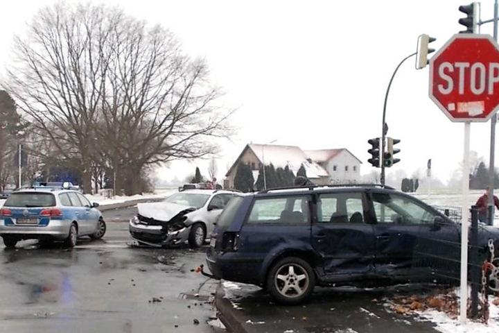 Der Passat wurde durch den Crash in einen Zaun geschleudert.