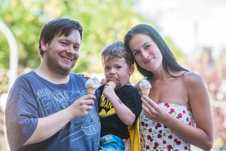 Vorerst gute Aussichten: Der kleine Jonas (3), Josefine (27) und Papa  Christian (30) lassen sich zur Abkühlung ein Eis schmecken.