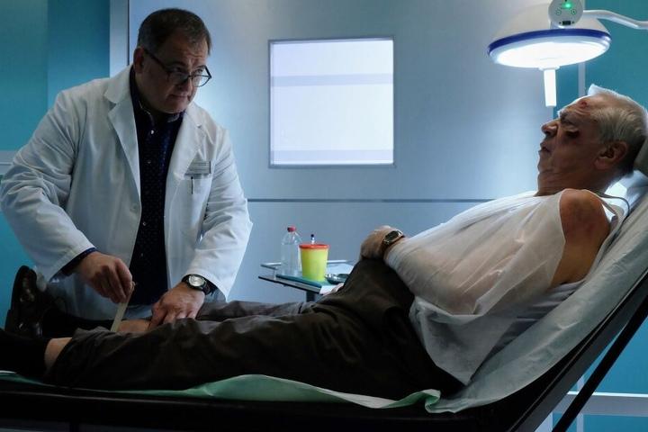 Hans-Peter Brenner (l.) kümmert sich um seinen Patienten Heinrich Fuchs, der fürchtet, Multiple Sklerose zu haben. Nicht nur der Rentner hat nun Angst vor dem einsamen Altern, auch beim Arzt kommen unschöne Gedanken auf.