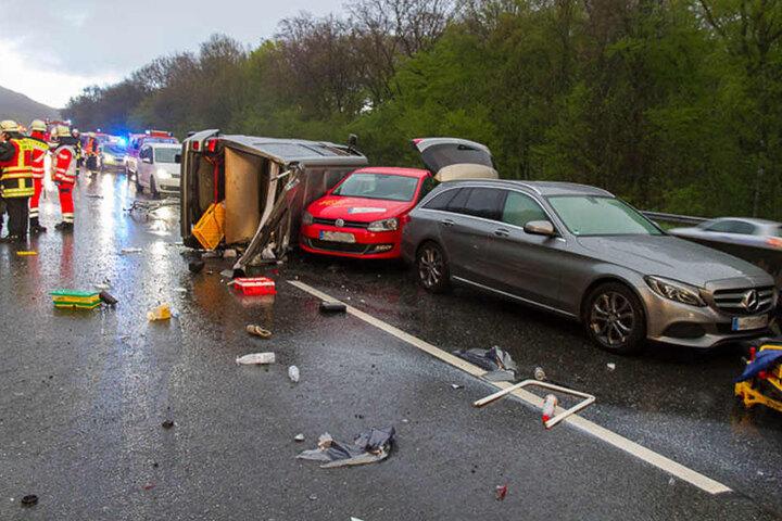 Mehrere Autos wurden durch einen Bus ineinander geschoben.
