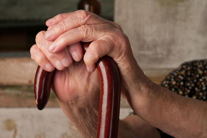 Die ältere Dame musste sich Hilfe von ihren Nachbarn holen. (Symbolbild)
