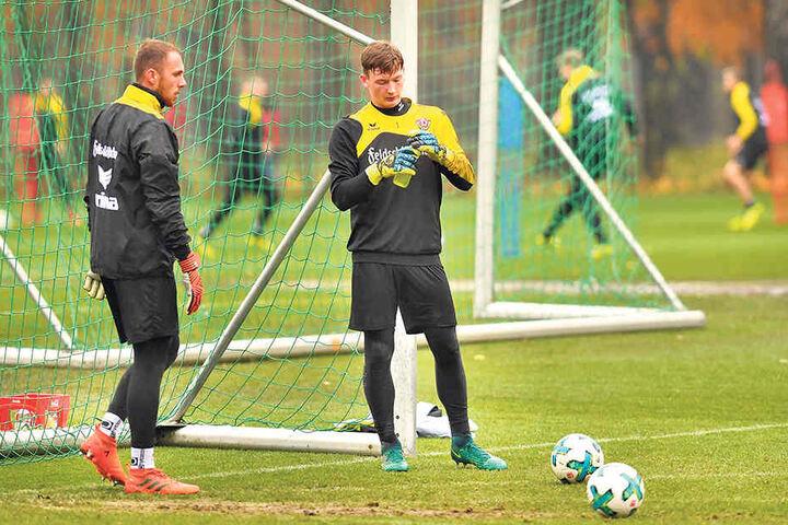 Markus Schubert (r.) und der aktuell verletzte Dynamo-Stammkeeper Marvin Schwäbe beim Training. Das Duo versteht sich gut.