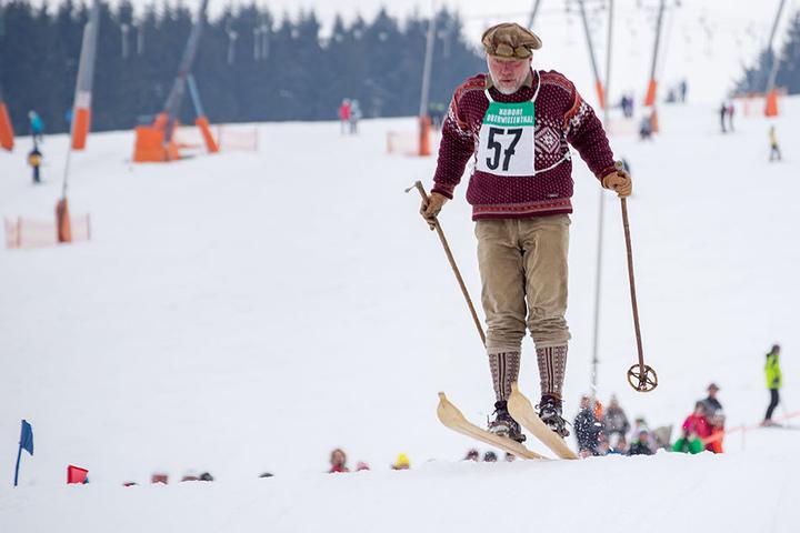 Abflug! Auch eine Schanze mussten die Nostalgie-Skifahrer bewältigen.
