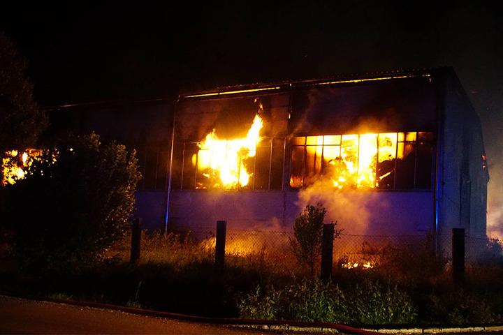 Die Feuerwehr will die in Flammen stehende Lagerhalle mehrere Tage lang kontrolliert abbrennen lassen.