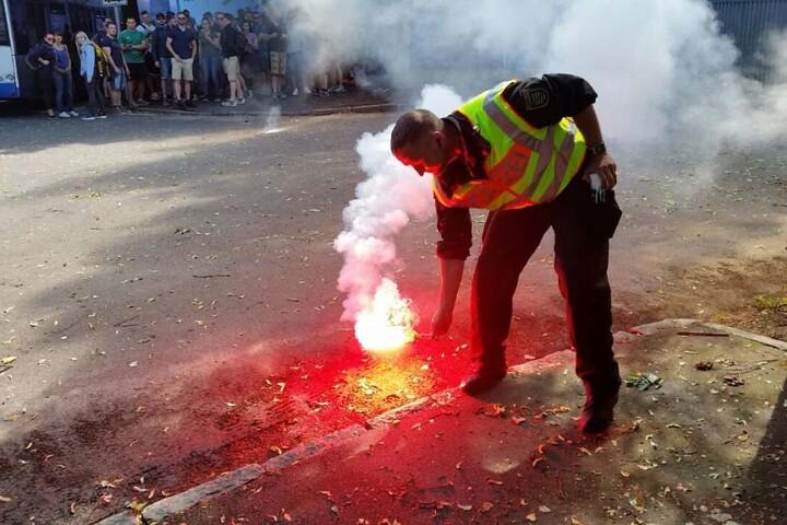 Die Polizei hatte mit abgefackelter Pyro-Technik zu kämpfen.