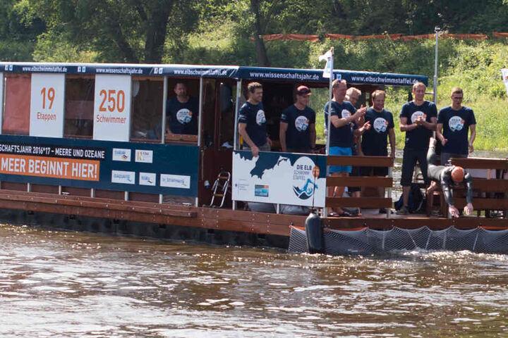 Gegen 10 Uhr sprang Matthias Wagner aus Pirna als erster Sportler in den Fluss.