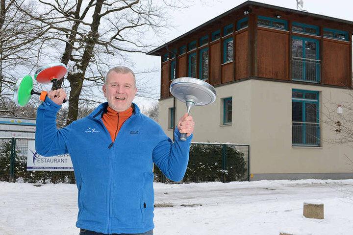 Chefkoch Jens Budde hat den Eisstock ins Rennen geschickt.