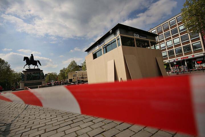 Vorsorglich wurde auch schon der Eingang zum Parkhaus vor dem Hotel mit Holzbrettern abgeriegelt.
