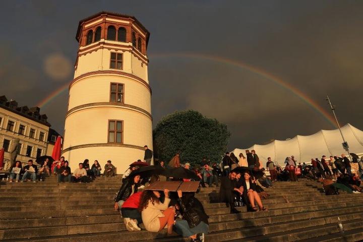 Auch der Schlossturm in Düsseldorf erstrahlt am 11. Oktober in pinkem Licht.