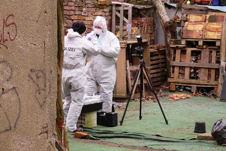 Kriminalisten dokumentieren in einem Abbruchhaus in Lindenau die Lage des dort aufgefundenen Torsos von Mordopfer Anja B.