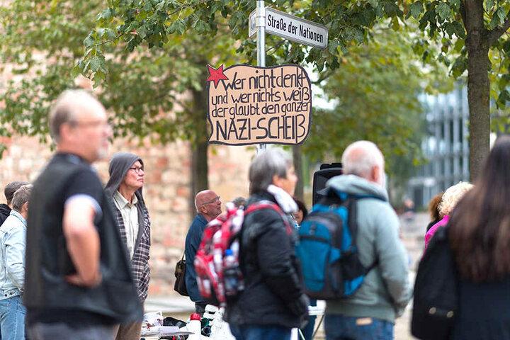 """""""Wer nicht denkt und wer nichts weiß, der glaubt den ganzen Nazi-Scheiß"""". Die Botschaft auf einem Schild bei der Friedens-Demo am Vormittag."""