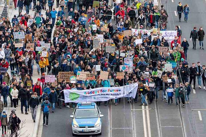 """Die Schüler auf der Albertbrücke: Mehrere Tausend Teilnehmer beteiligten sich an Demonstration """"Fridays for Future"""" Freitag in Dresden."""