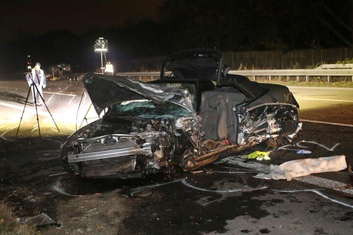 Das völlig zerstörten Auto auf der Autobahn 3 in Höhe Solingen/Mengen.