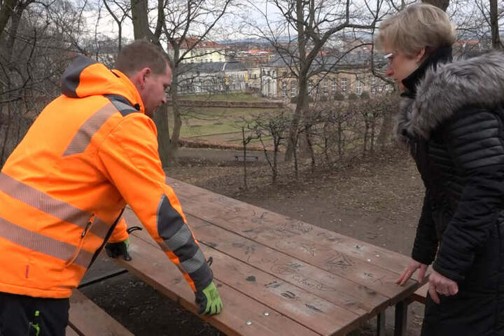 Hausmeister Thomas Nitzbon und Kita-Leiterin Birgit Warstat an einem vollkommen beschmierten Tisch.