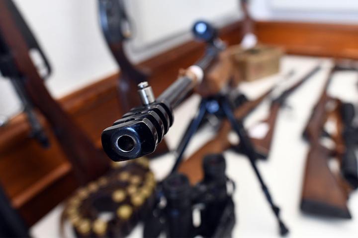 Im Keller fanden die Polizisten außerdem Gewehre.