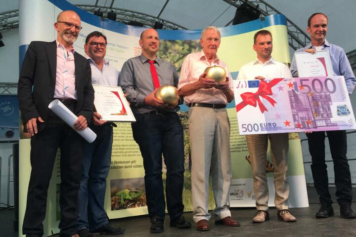 """Stadtrat Majer (l.) zusammen mit den Gewinnern des """"Goldenen Apfels 2017""""."""