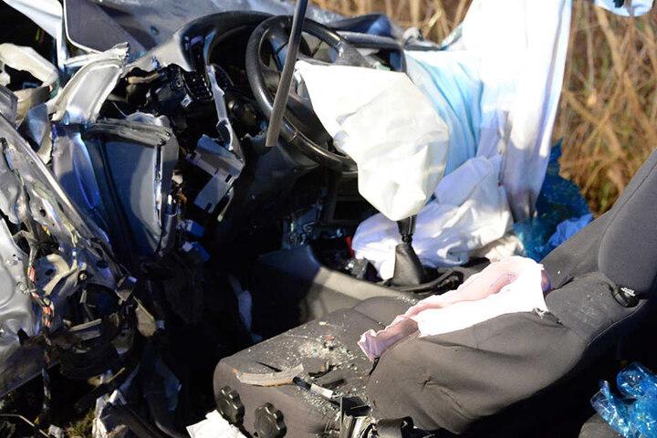 Der Nissan ist total zerstört im Seitengraben geschleudert.