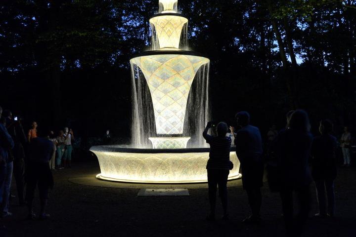 So toll sieht der Brunnen am Abend aus.