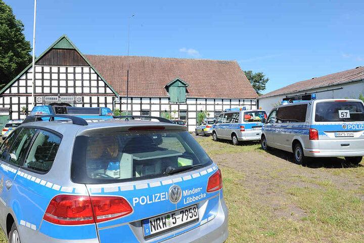 Mit zahlreichen Fahrzeugen rückte die Polizei auf dem Anwesen in Twiehausen an.
