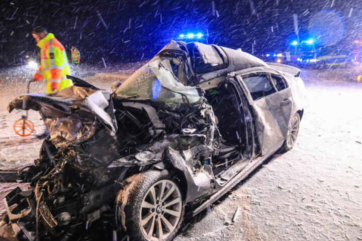 Der BMW wurde durch den Aufprall völlig zerquetscht.