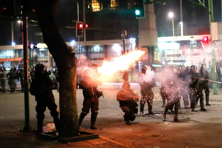 Die Polizei feuert mit Tränengas um sich.