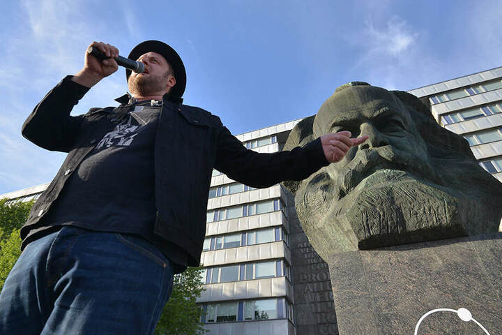 Fatoni (35) aus München rappte am Nischel. Die Kosmos-Besucher feierten.