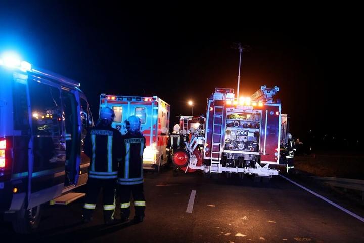 Fahrzeuge der Feuerwehr, des Rettungsdienstes sowie der Polizei am Unglücksort.