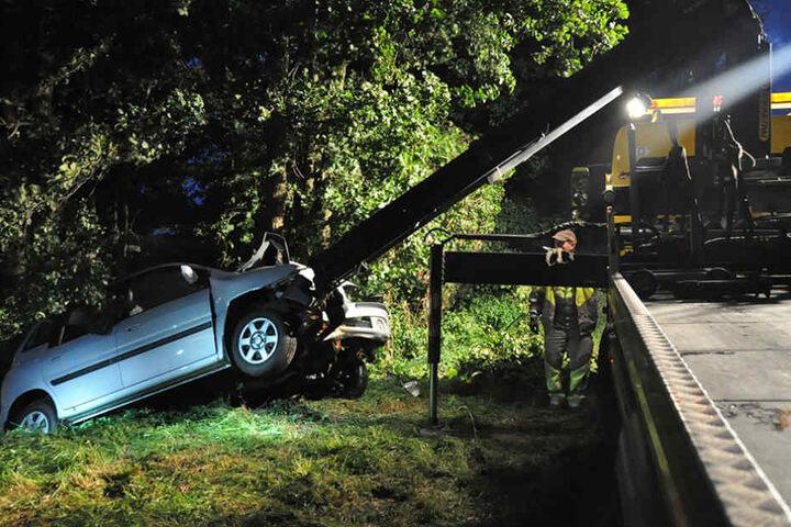 Der Wagen wurde am späten Montagabend aus dem Bach geborgen.
