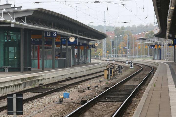 Der Betrunkene lag an einem Bahnsteig am Bahnhof Rostock-Lichtenhagen. (Symbolbild)