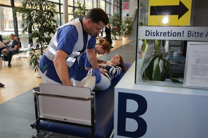 Hier wird eine Verletzte aus der Notaufnahme versorgt.