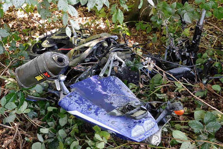 Das Motorrad wurde durch den Unfall in mehrere Teile gerissen.