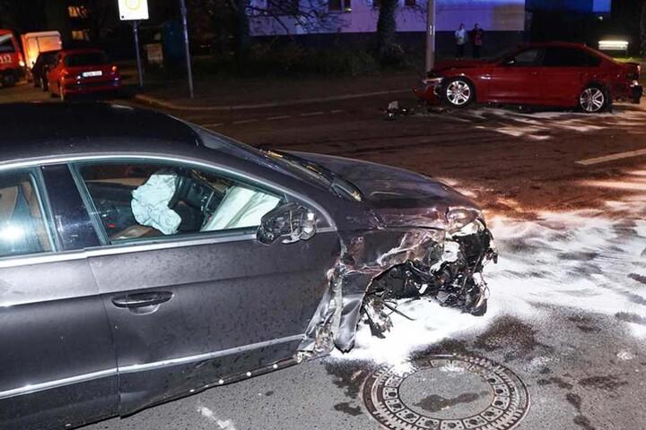 Das rechte Vorderrad des VWs wurde herausgerissen, im Hintergrund steht der BMW am Mast.