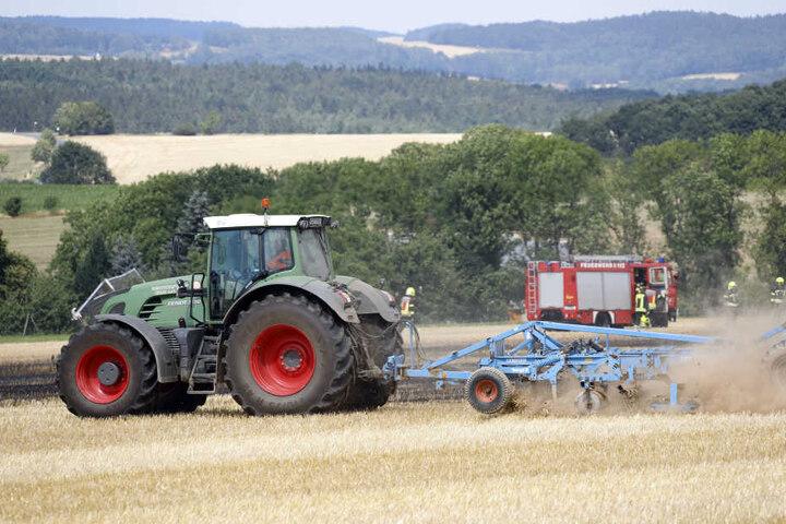 Im Einsatz war auch ein Traktor mitsamt Pflug, der die Löscharbeiten unterstützte.