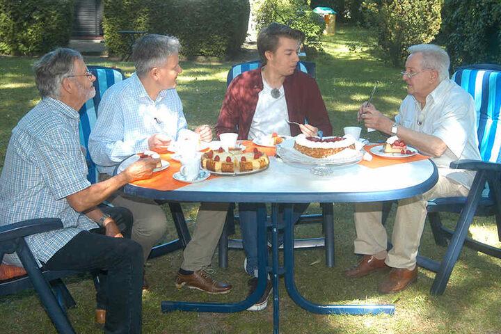 Lutz Jahoda (89, r.) schneidet mit seinen Söhnen Axel (69), Sascha (53) und Fabian (19, v.l.) die Geburtstagstorte an.