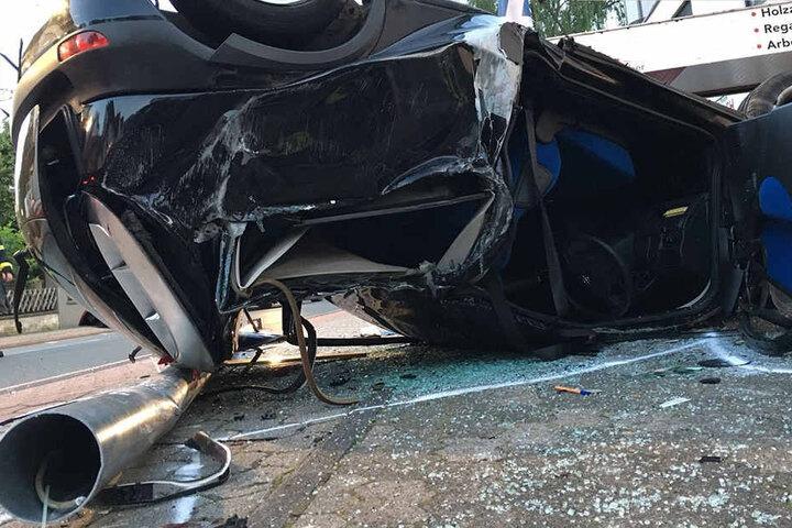 Der Laternenmast hatte das Auto hinter dem Fahrersitz komplett durchbohrt.