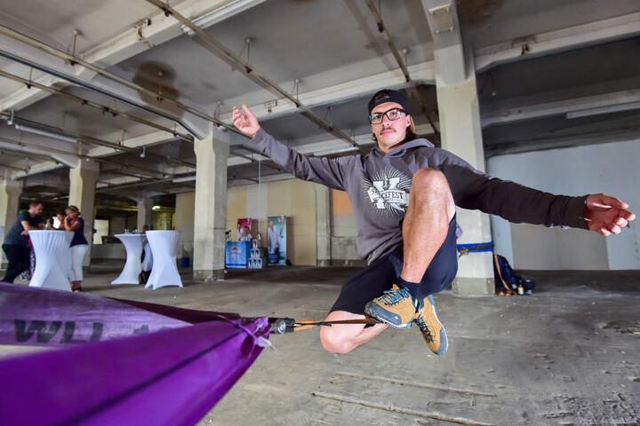 Benjamin Jahn (31) übt schonmal auf der Slackline.