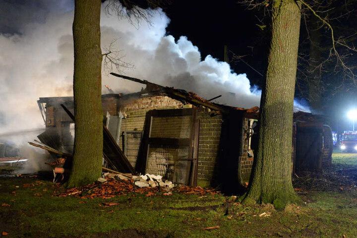 Das Dach der Scheune war noch vor dem Eintreffen der Einsatzkräfte eingestürzt.