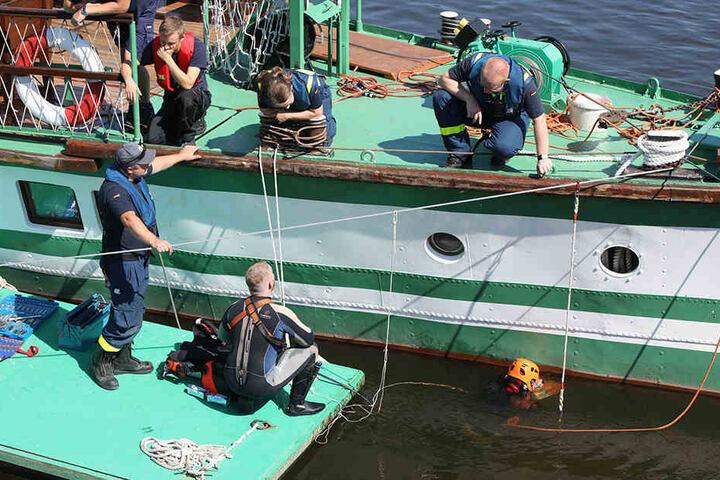 Die Arbeiten mussten mehrere Male unterbrochen werden, weil andere Schiffe die Einsatzstelle passierten.