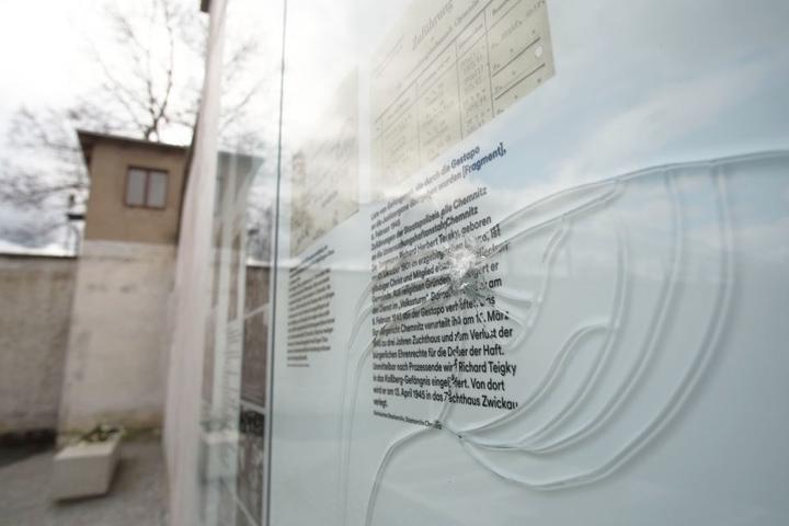 Insgesamt drei Scheiben an der Gedenkstätte wurden beschädigt.