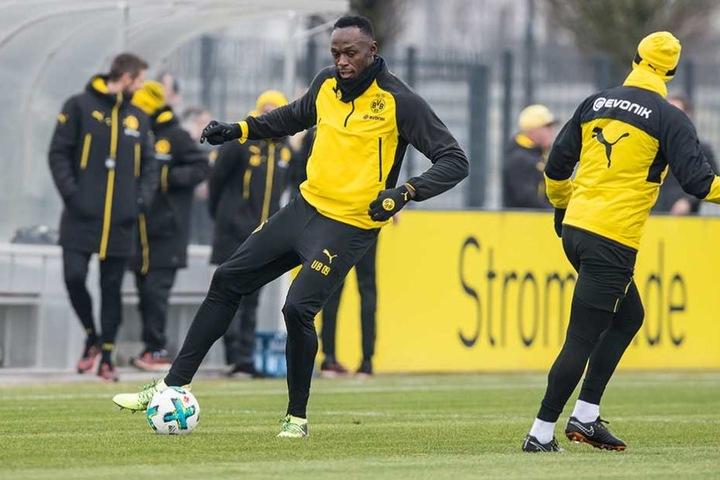 Usain Bolt am Ball während der Trainingseinheit mit dem BVB.
