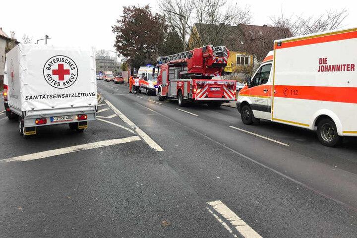Die Rettungskräfte mussten mit einem Großaufgebot zur Schule in Fürth in Bayern ausrücken.