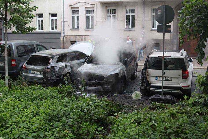 Die nebenstehenden Fahrzeuge wurden durch die starke Hitzeeinwirkung ebenfalls beschädigt.