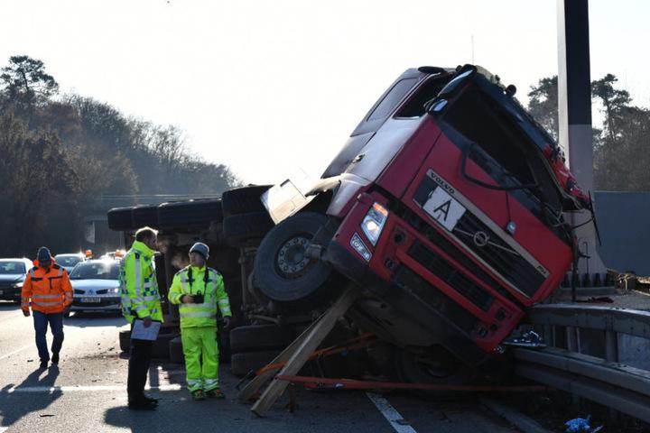 Der Lasterfahrer starb noch vor Ort.